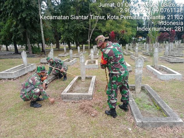 Personel Jajaran Kodim 0207/Simalungun Laksanakan Pembersihan Makam Pahlawan Dalam Rangka Menyambut HUT TNI Ke-76