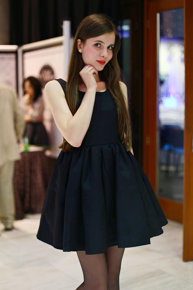 czarna rozkloszowana sukienka romwe stylizacja