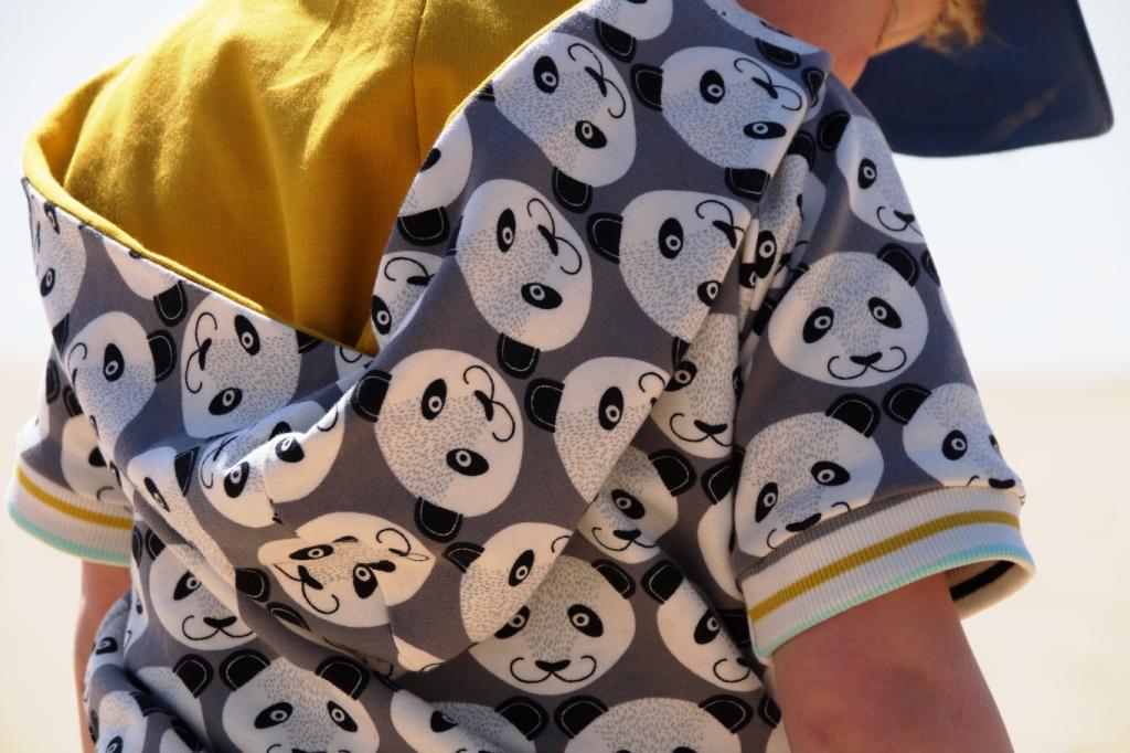 A radical raglan in Poppy's Pretty Panda jersey, sewn by huisje boompje boefjes