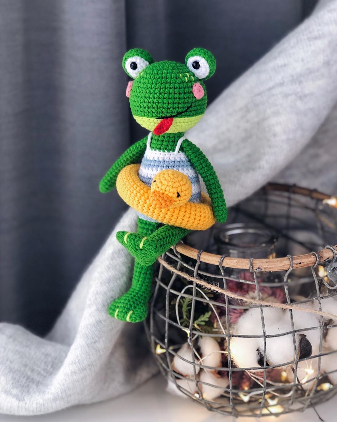 Swimming frog free amigurumi pattern