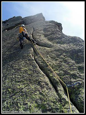 Escalando el largo 10 de arista de Zonza, en coll de Bavella