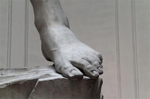Detalle de uno de los pies de El David de Miguel Ángel Buonarroti en la Galería de la Academia de Florencia. Fotografía en blanco y negro
