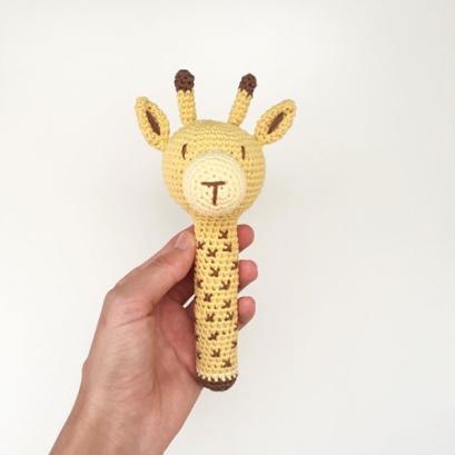 https://knittingiscool.es/2017/08/31/tali-la-jirafa-en-el-blog-de-dmc/
