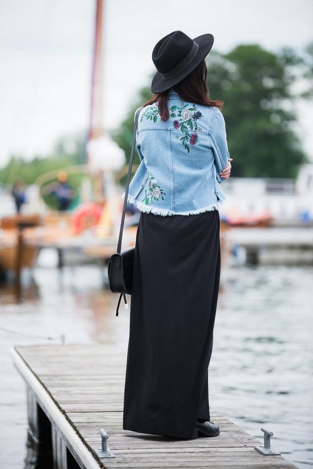 dżinsowa kurtka z haftami stylizacja