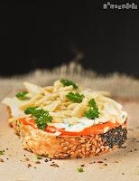Pan de cereales con crema de piquillos, gorgonzola y almendras