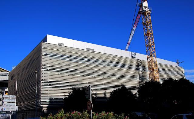 IHU Méditerranée Infection en Marsella. Revestimiento fachada lamas de hormigón ultraligero BFHUP, Fachada de hormigón, Ciprés S.L