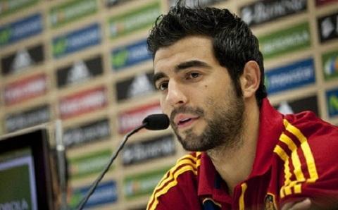 Hậu vệ Raul Albiol phát biểu tại cuộc họp báo