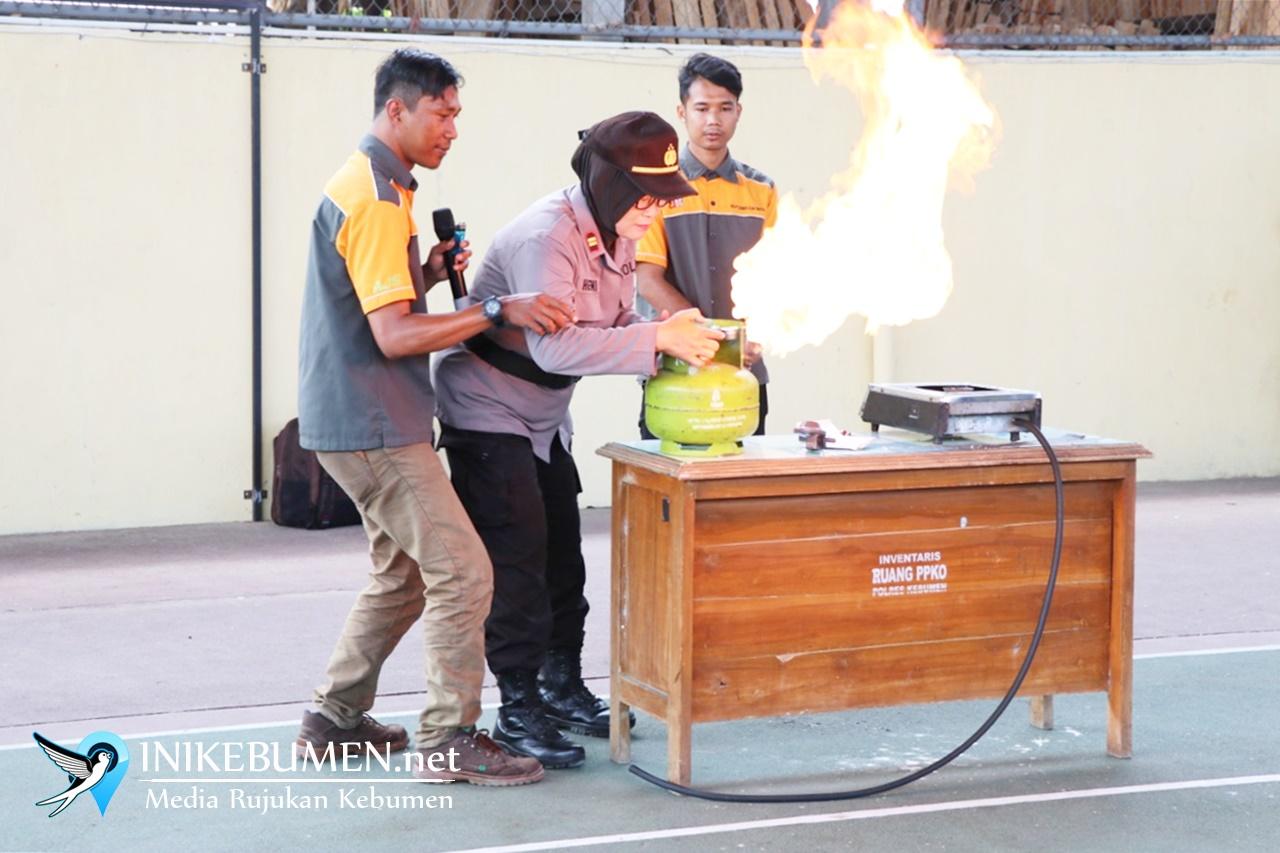 Anggota Polres Kebumen Dilatih Cara Tangani Kebakaran Tabung Gas