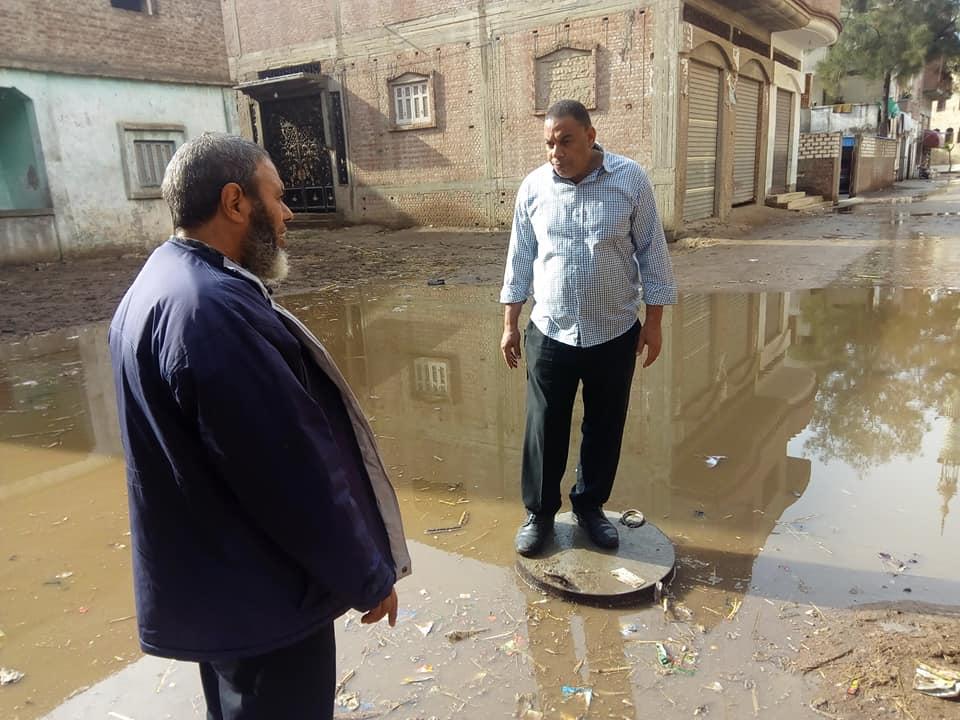 """بالصور..""""عبير الريس"""" تقود حملة تسليك صفايات الأمطار بقرية السالمية في فوه 2"""
