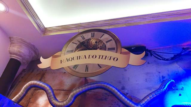 Máquina do tempo no Reino do Chocolate Caracol, em Gramado, na Serra Gaúcha