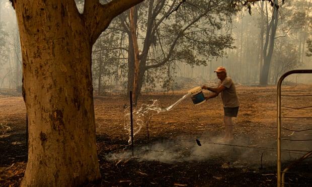Trevor Colliss combat l'incendie à Kulnara, près de Mangrove Mountain, NSW. 6 décembre 2019
