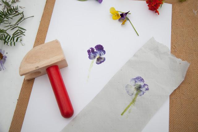 Рисуем цветы и листья с помощью молотка.