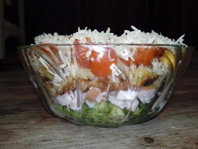 warstwowa salatka z grzankami salatka sniadaniowa salatka z brokulami salatka z szynka i serem salatka z sosem czosnkowym jogurtowym salatka z pomidorkami koktajlowymi lekka salatka