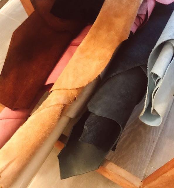 Chutes de cuir issues de grande maisons de luxe dans l'atelier de Margaux-Lou