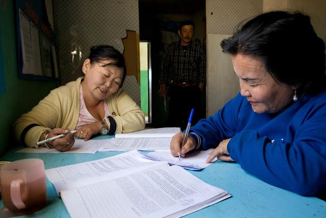 На занятиях по книге Института Рухи в Монголии