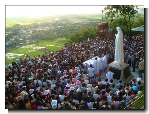 Mọi người đổ về bên Mẹ Tà Pao nhân dịp Năm mới 2014. 123