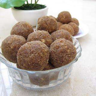 naryal aur gurh ke laddu recipe in urdu