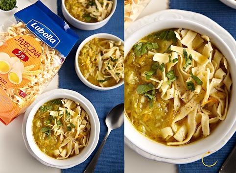 Staropolska zupa ogórkowa na smażonych na maśle ogórkach