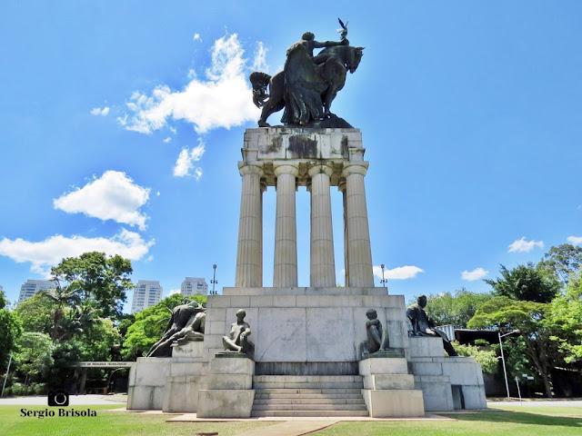 Monumento a Ramos de Azevedo (vista lateral direita) - Descubra Sampa