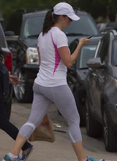 Sabrosa mujer calzas deportivas entalladas