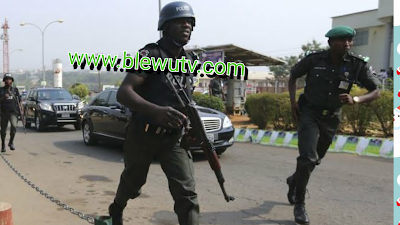 Police and robbers in battle