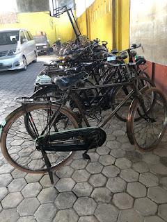 Pakai Sepeda Ontel, Minggu Pasangan Ike Edwin-Zam Zanariah Datangi KPU