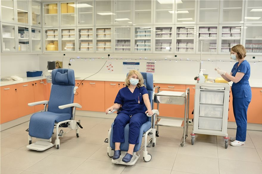 Εμβόλιο για τον κορονοϊό: Δείτε τον πρώτο εμβολιασμό στην Ελλάδα