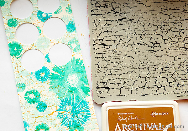 Layers of ink - Circle Photo Frame Card Tutorial by Anna-Karin Evaldsson. Stamp the card with SSS Crackle Background.