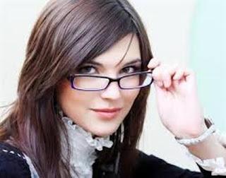 Berpenampilan Cantik Walau Dengan Berkacamata