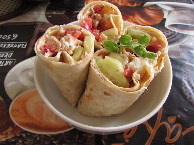 tortille z sałatka grecka i kurczakiem