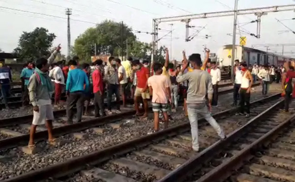 Migrants Out On Tracks As Trains Run Late By 10 Hours With No Food, Water, News, Trending, Train, Allegation, Passengers, Food, Drinking Water, Video, National