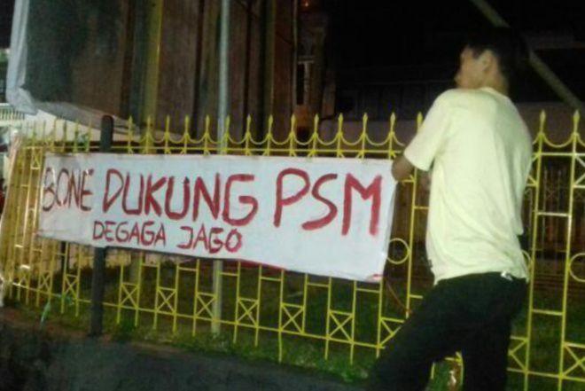 Dukung PSM Makassar Juara, Pendukung di Bone Sebar Spanduk