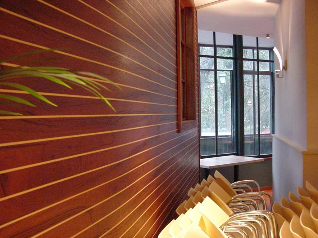 Habillage Mural Bois Ancien : Modern paneling, teak with maple stripes, arched, for a restaurant :