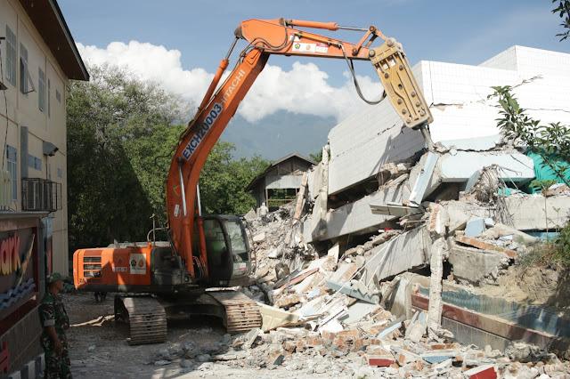 23 Prajurit TNI Kogasgabpad Renovasi Rumah Babinsa