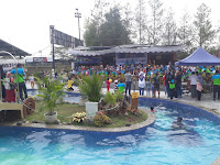 Peserta Water Carnival berfoto bersama di kolam renang taman air progresif Bandung