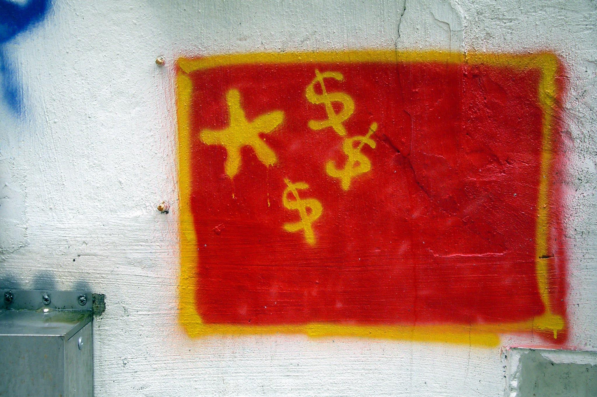 Grafite da bandeiea chinesa com cifras, representando divertidamente o capitalismo chinês