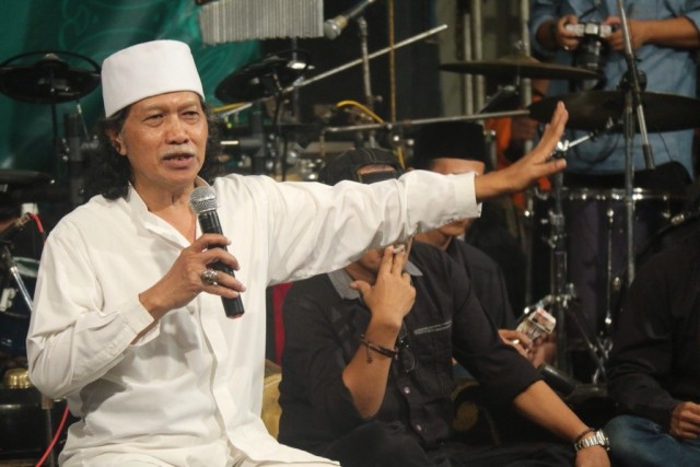 CAK NUN: UMAT ISLAM INDONESIA DIJADIKAN GELANDANGAN DI NEGERINYA SENDIRI : Detikberita.co Terhangat Hari Ini