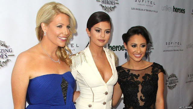 Selena Gomez bersama temannya, Francia Raisa dalam acara Annual Unlikely Heroes tahun 2014.