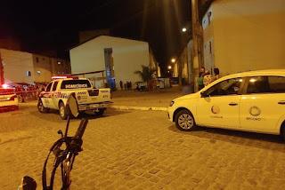 Tiroteio em praça deixa um adolescente morto e pelo quatro pessoas feridas na PB