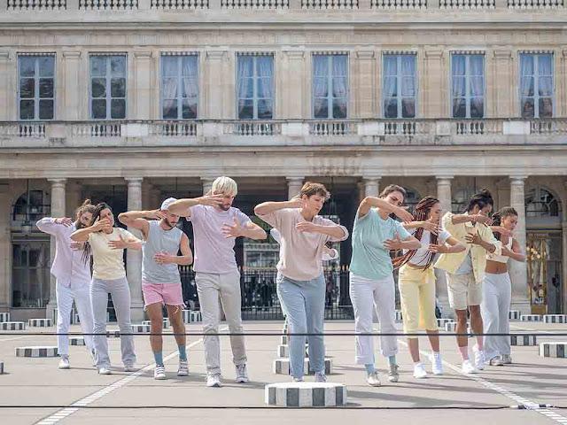 Suzanne performe STATU, colonnes de Buren Paris