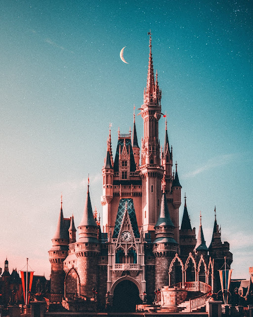 Disney Castle Florida Photo by Benjamin Suter on Unsplash