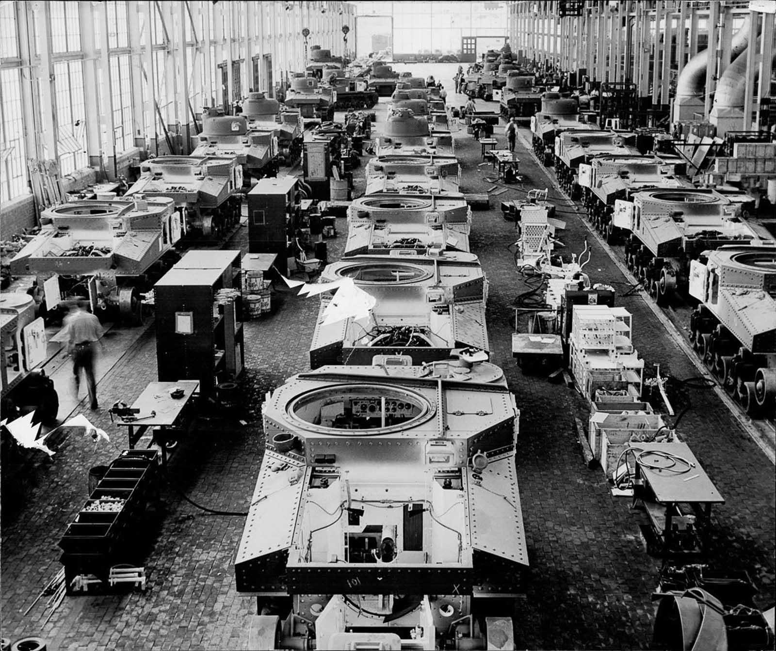 Una planta de ensamblaje de automóviles Chrysler en Detroit, reconfigurada para producir tanques. 1942.