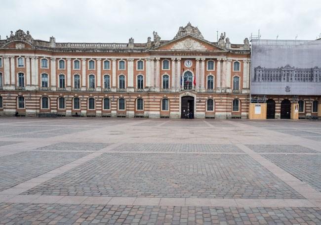 """Toulouse : le banquet """"non-masqué"""" organisé par le maire ne passe pas"""