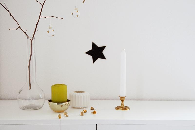 Skandinavisch schlichte Weihnachtsdeko in Gold, Weiß, Grün
