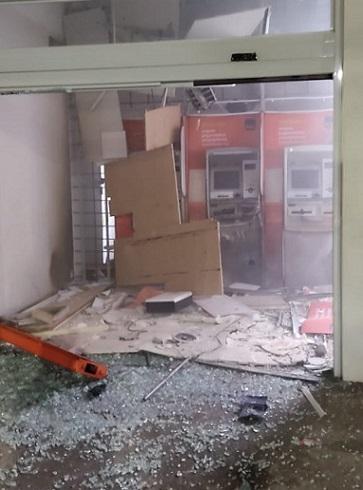 Bandidos fortemente armados explodem agência bancária na região
