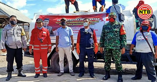 Anggota DPRD Sumbawa Ini Bantu Warga Lakukan Penyemprotan Disinfektan