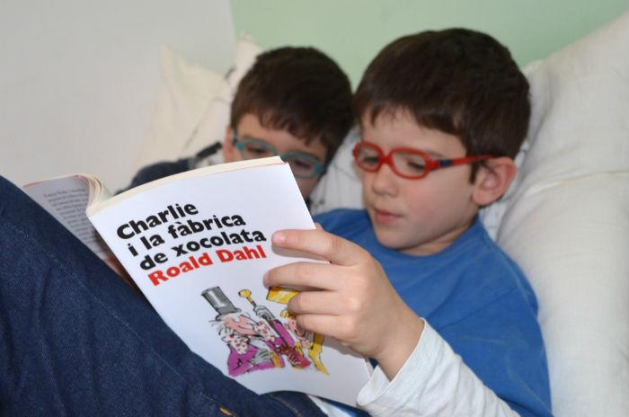 niños leyendo en su tiempo libre, porque lo viven como algo divertido y apasionante