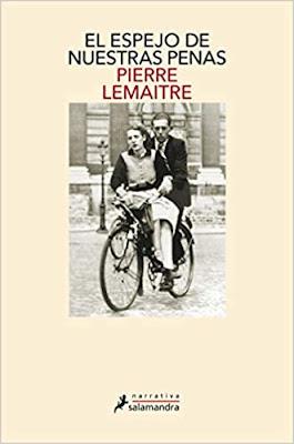 Antigua foto de un hombre llevando a una mujer en una bici