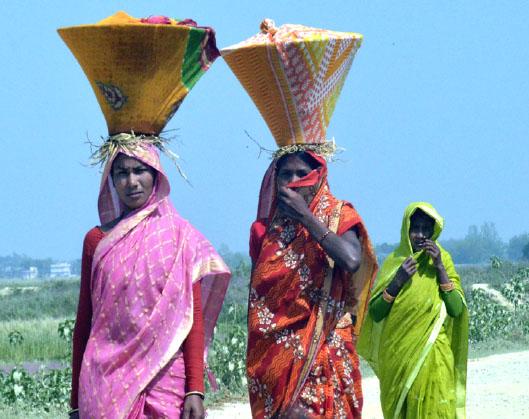 कोसेली (सन्नेसा) लिएर जाँदै थारू समुदायका महिलाहरू