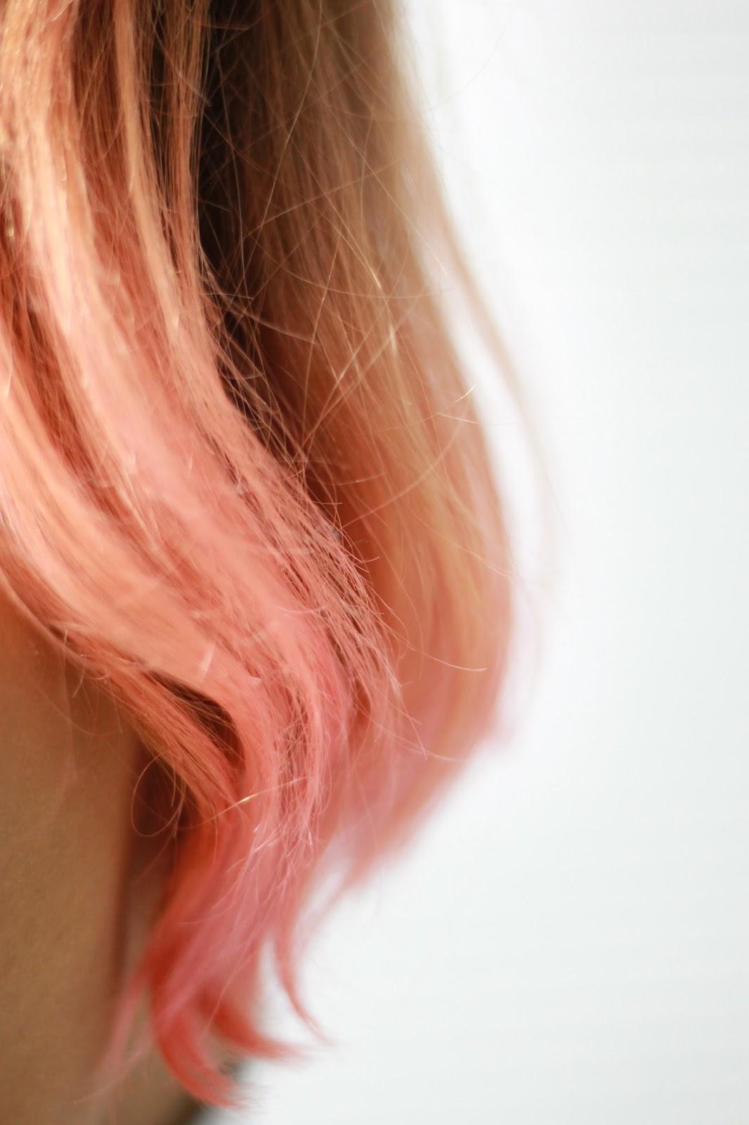 Morena de novo com ombre hair rosa pastel